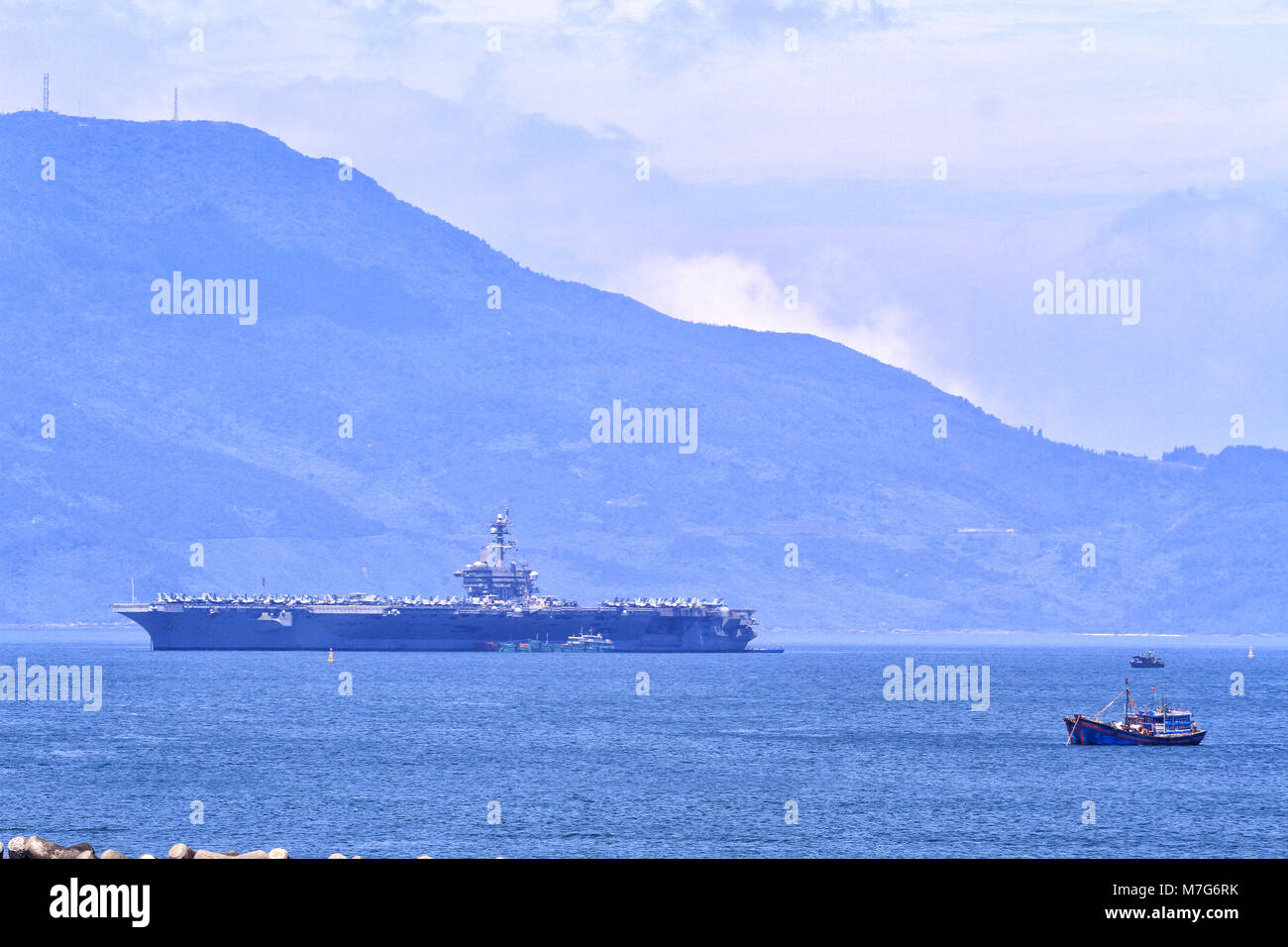 The USS Carl Vinson (CVN-70), the US Navy's nuclear-powered Nimitz-class aircraft carrier, pulls into port in - Stock Image