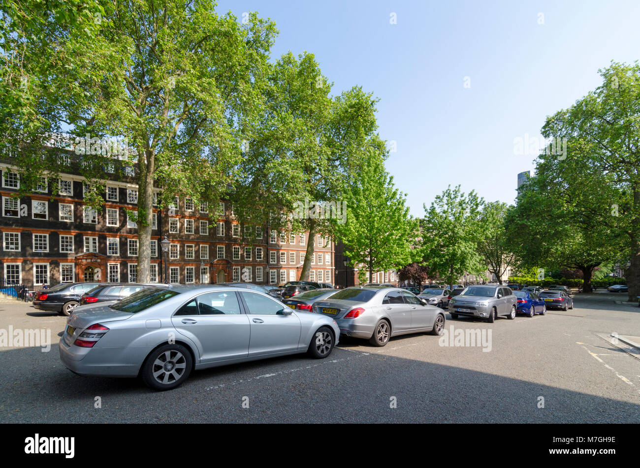 Parked cars infront of buildings on King's Bench Walk, Inner Temple, City of London, UK - Stock Image