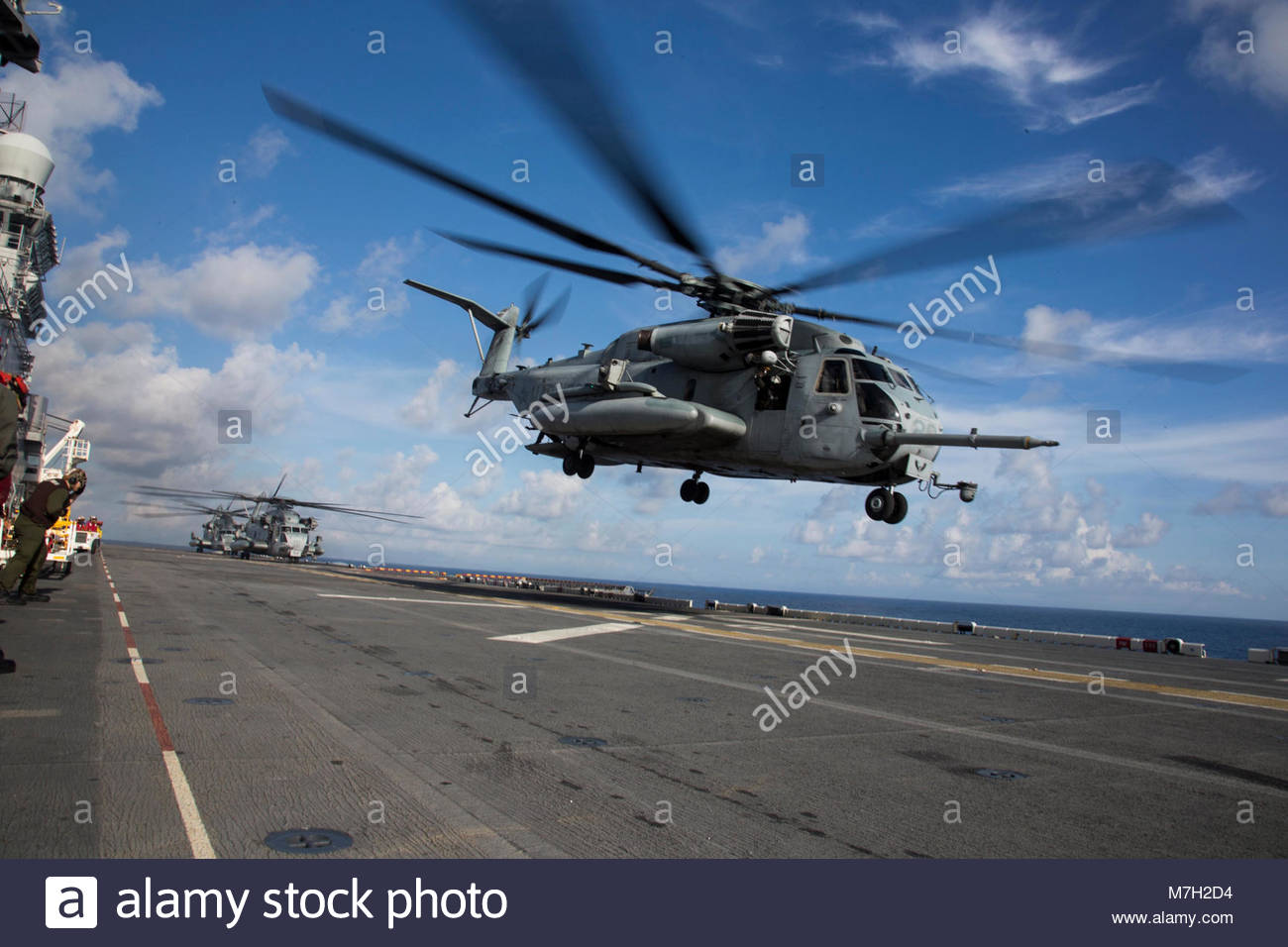 Sikorsky CH-53E Super Stallion. SEA (Oct. 12, 2017) U.S. Marines with Marine Medium Tiltrotor Squadron (VMM) 162 Stock Photo