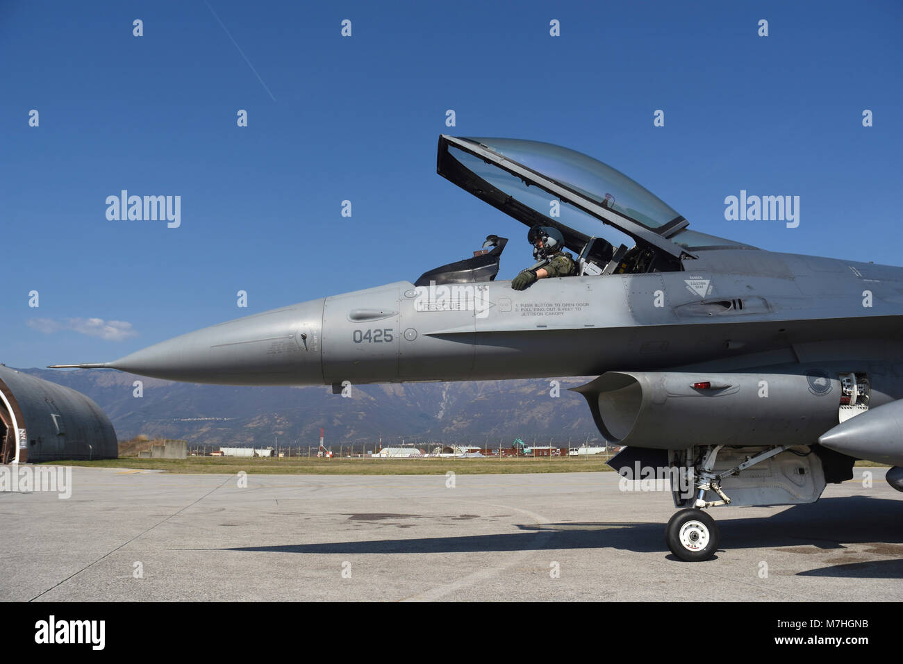 F-16CM ready to taxi before a mission from Aviano Air Base, Italy. - Stock Image