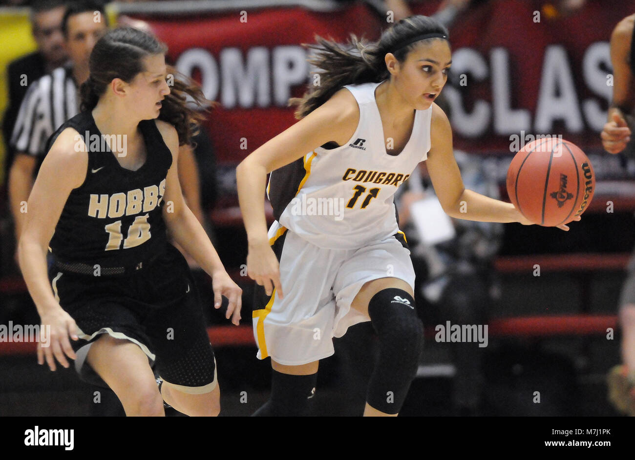 Albuquerque, NM, USA. 10th Mar, 2018. Cibola's #11 Azia Himeur brings the ball down court with Hobbs' #14 MacKenzye Gibson defending her. Saturday, March. 10, 2018. Credit: Jim Thompson/Albuquerque Journal/ZUMA Wire/Alamy Live News Stock Photo