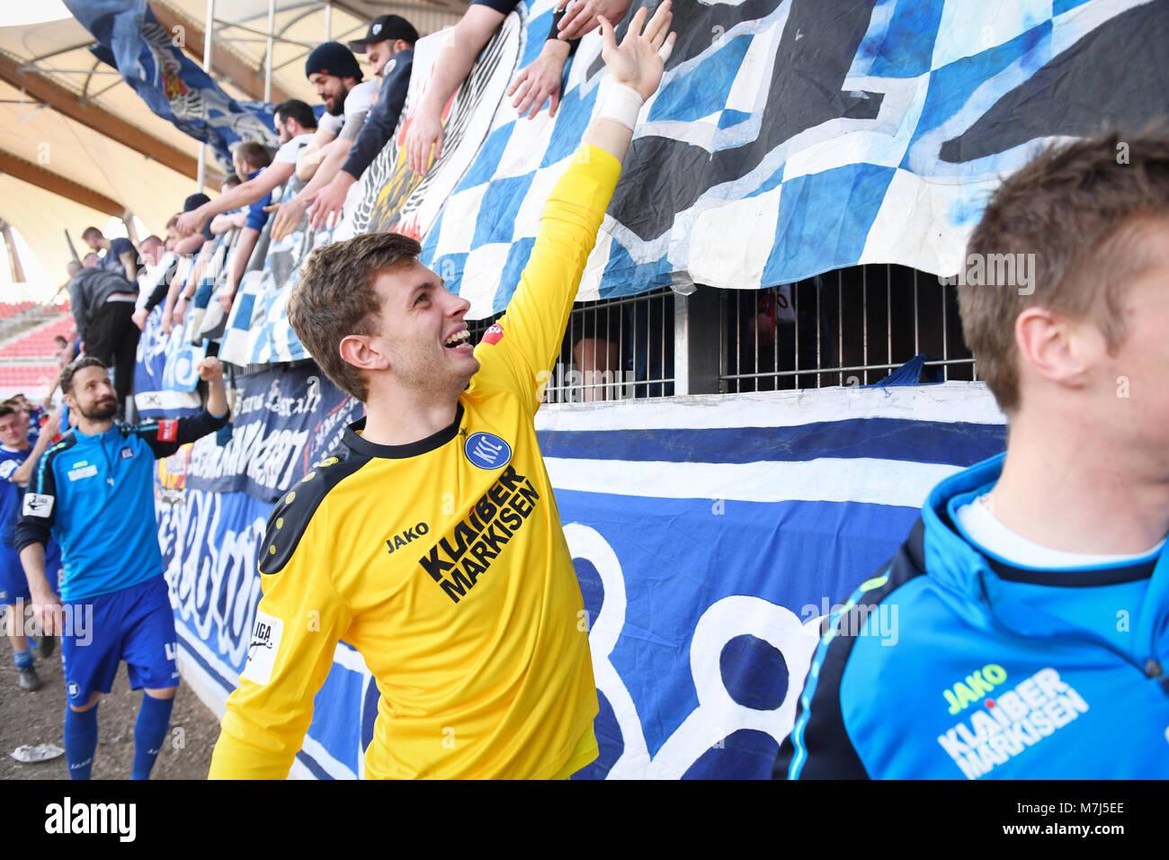 Spieler des KSC after dem Spiel bei den Fans: goalwart Benjamin Uphoff (KSC).  GES/ Fussball/ 3. Liga: RW Erfurt - Stock Image