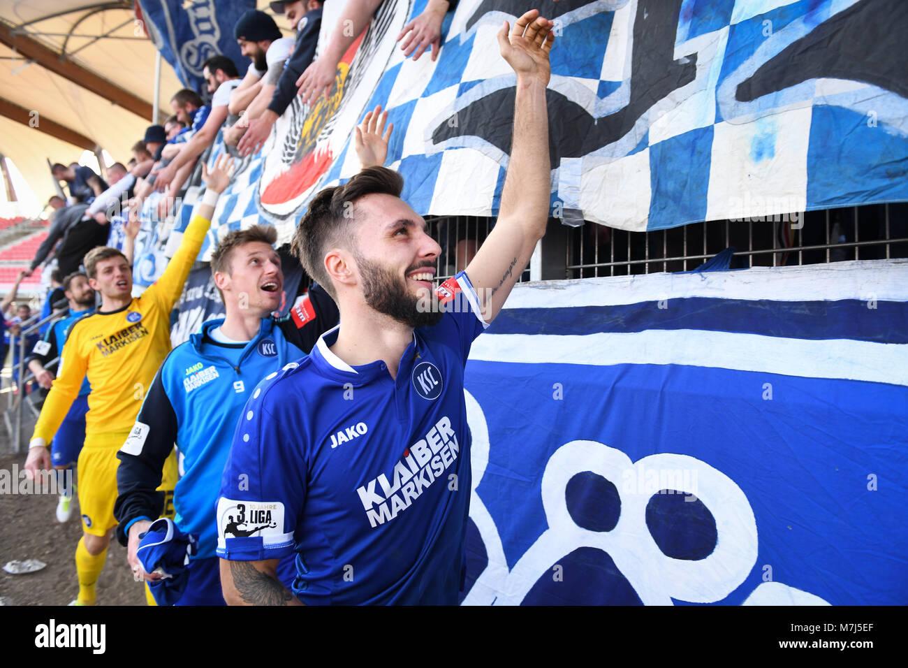 Spieler des KSC after dem Spiel bei den Fans: Fabian Schleusener (KSC).  GES/ Fussball/ 3. Liga: RW Erfurt - Karlsruher - Stock Image