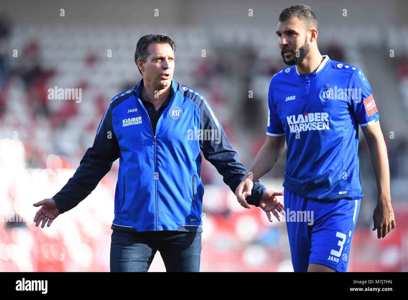 after dem Spiel: coach Alois Schwartz (KSC, l.) im Gespraech with Daniel Gordon (KSC, r.).  GES/ Fussball/ 3. Liga: - Stock Image