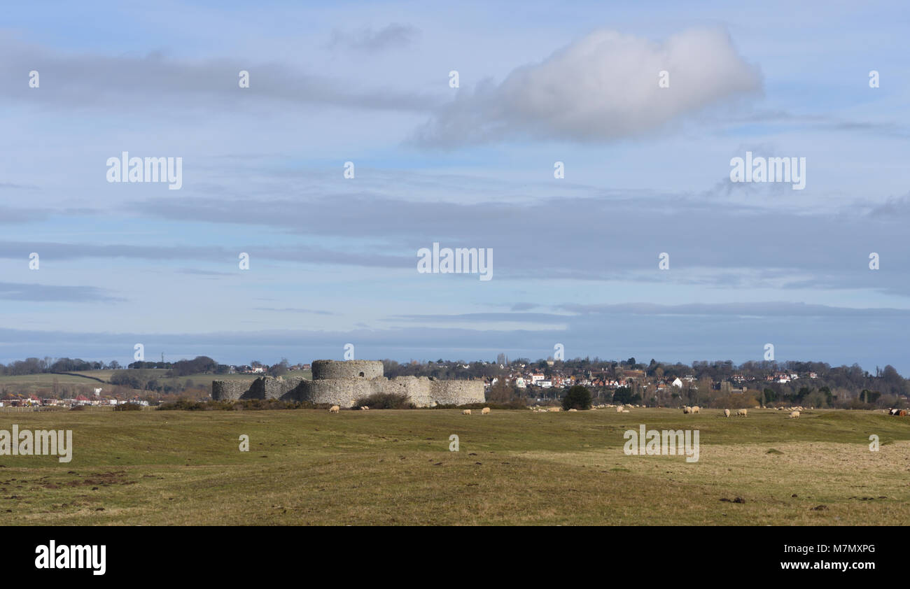 The sixteenth century Camber Castle and the town of Winchelsea Castle. The foreground would have been sea when the - Stock Image