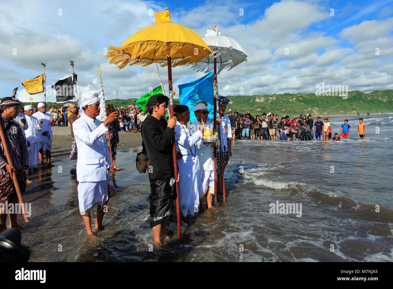 Parangkusumo Beach, Yogyakarta, Indonesia, 11th March 2018.  Hindus perform the Melasti ceremony as a symbol of - Stock Image