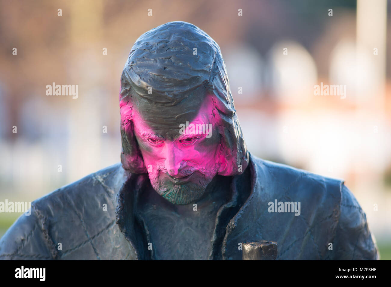 vandal painting pink cross on face of William Shakespeare statue in Stratford upon Avon - Stock Image