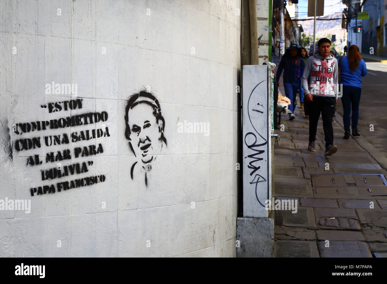Graffiti with supposed quotation by Pope Francis supporting Bolivia's demand against Chile for sovereign access - Stock Image