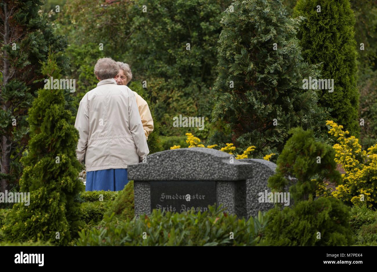 Två äldre kvinnor på kyrkogården, Bagenkop, Danmark. - Stock Image