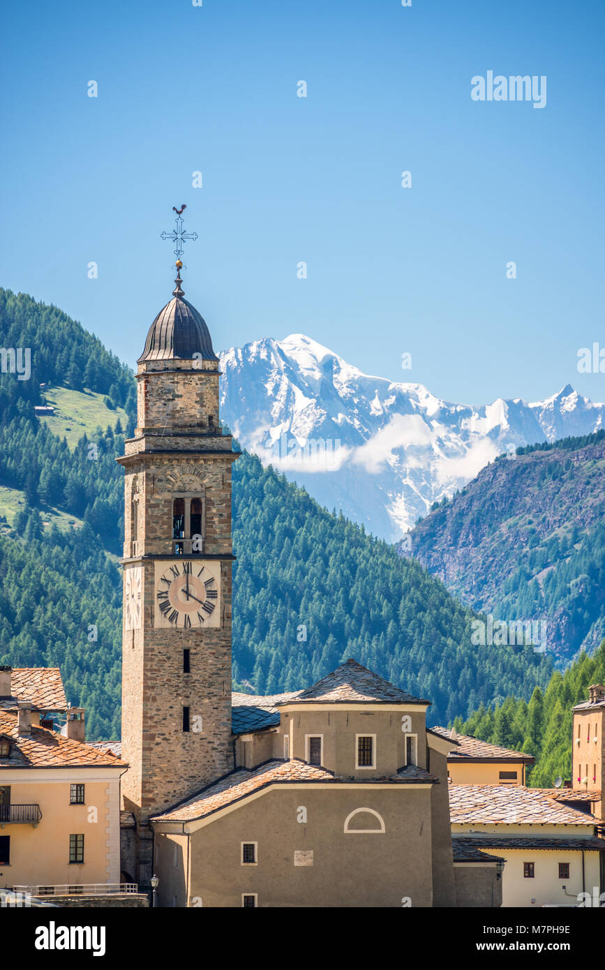Church of Cogne, Monte Bianco (Mont Blanc) in the background, Grand Paradiso National park, Aosta Valley in the - Stock Image