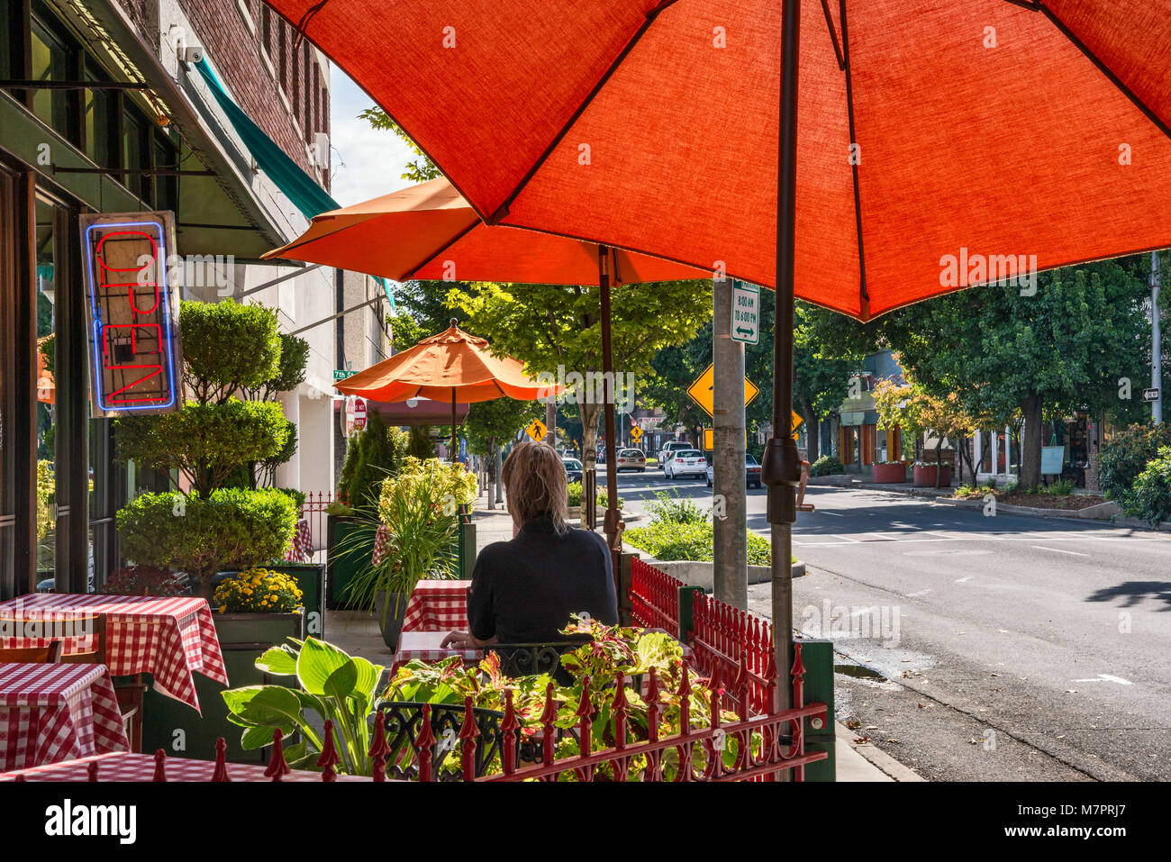 Sidewalk cafe on Main Street in downtown business district of Lewiston, Idaho, USA - Stock Image