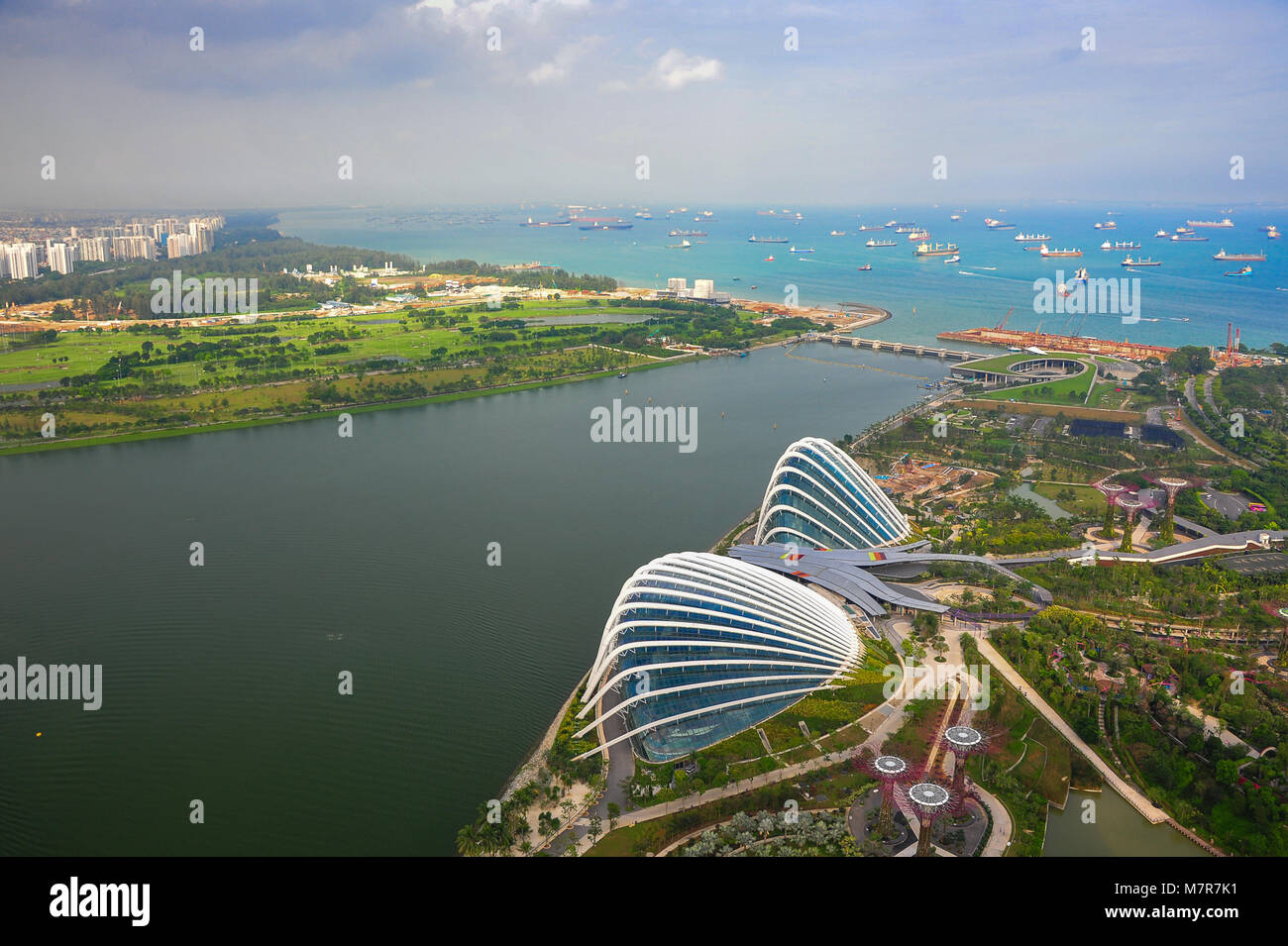 Singapore: Aerial panorama of Flower Dome and Cloud Forest at Gardens by the Bay, Marina Bay, with downtown Singapore, - Stock Image