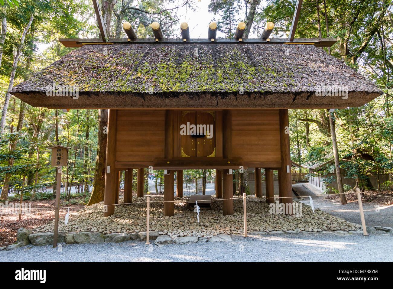 Japan, Ise Grand Shrine, Naiku, inner shrine. Original Japanese style architecture, small wooden raised hall on - Stock Image
