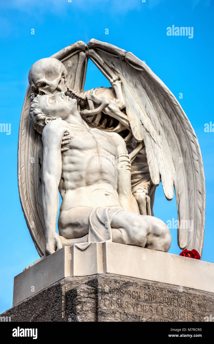 The Kiss of Death marble sculpture created in 1930 and located at Poble Nou cemetery, Barcelona, Catalonia, Spain - Stock Image