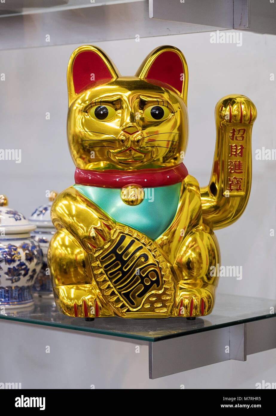 A Chinese Lucky Cat for sale at Pearl River, a Chinese department store on Broadway in lower Manhattan, New York - Stock Image