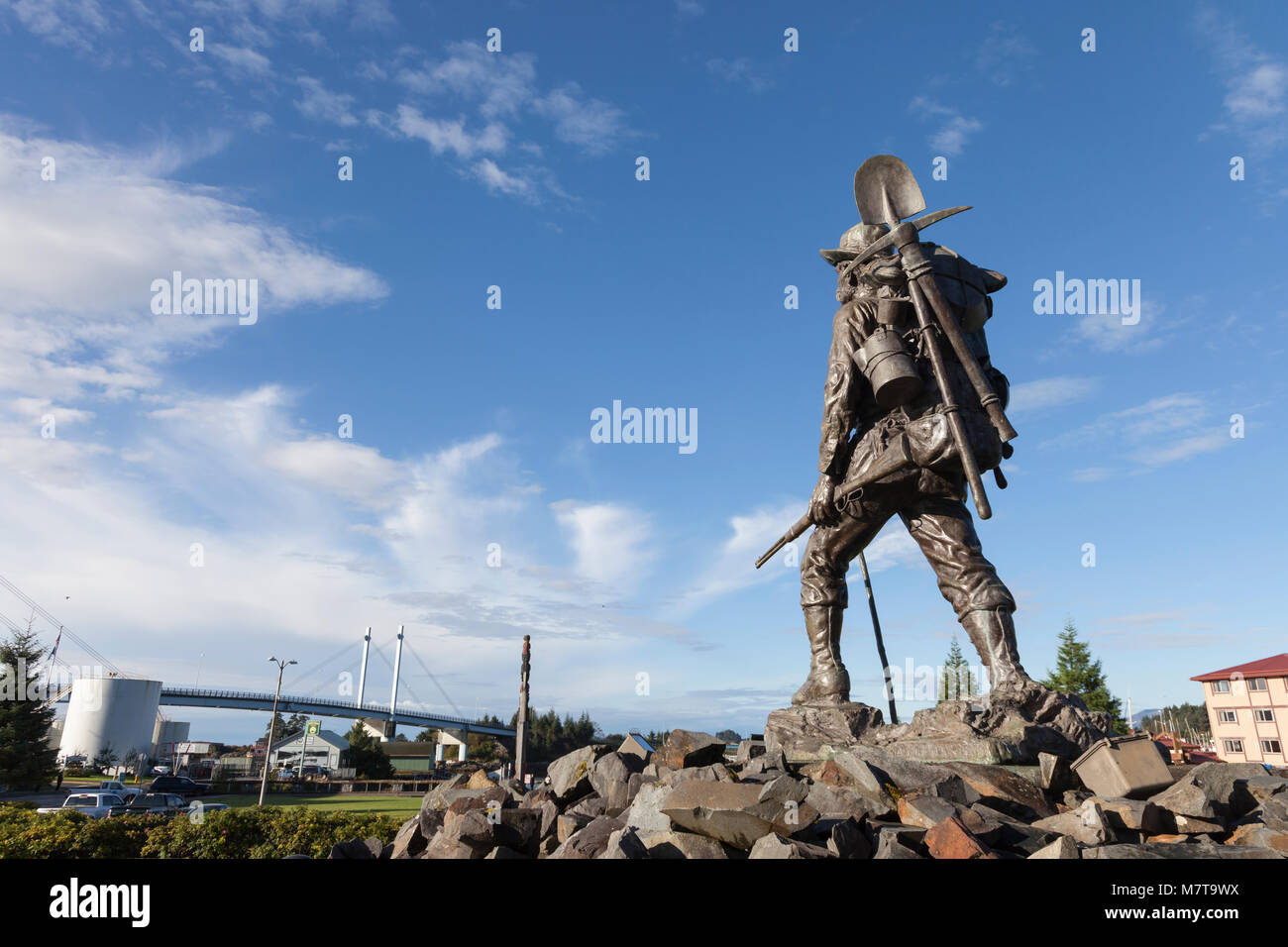 Sitka, Alaska: Artist Alonzo Victor Lewis' sculpture 'The Prospector' at the Sitka Pioneer Home overlooking - Stock Image
