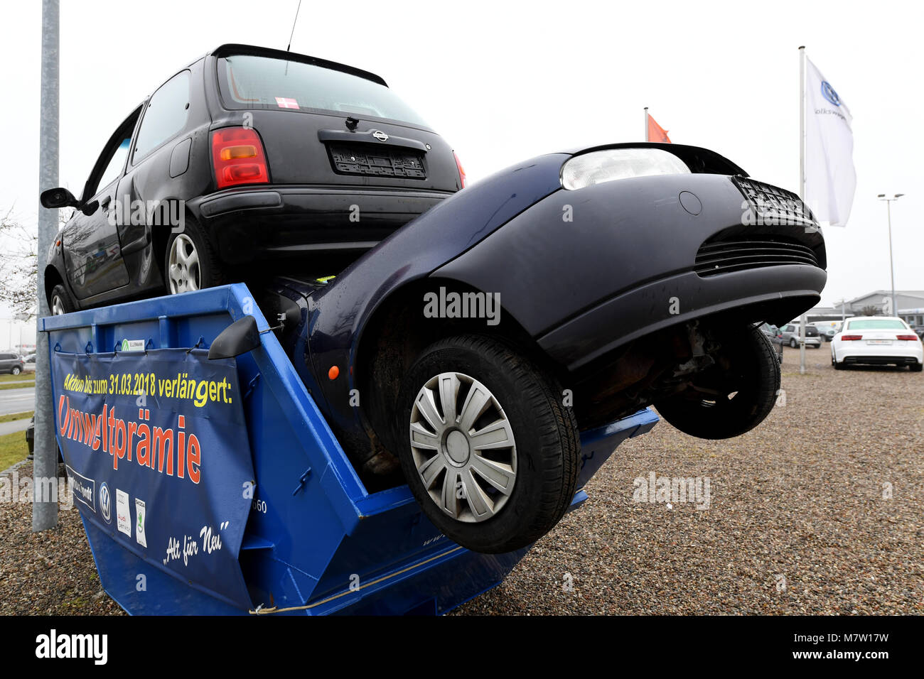 Schleswig, Germany. 13th March, 2018. Two cars stuck in a trash ...