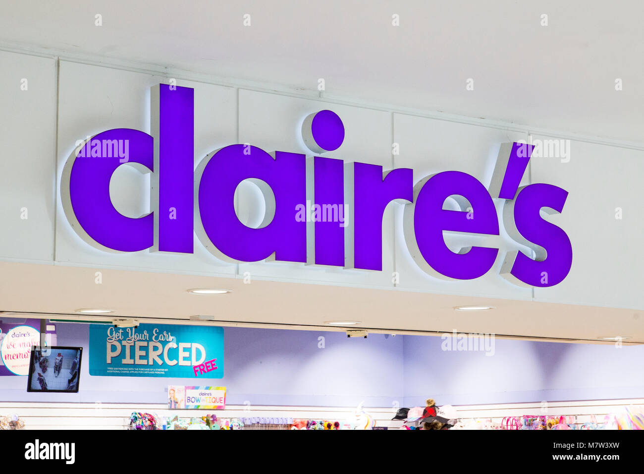 Accessories shop stock photos accessories shop stock for Home accessory stores near me