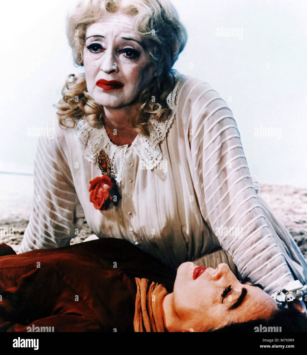 WHAT EVER HAPPENED TO BABY JANE ? 1962 Warner Bros film with Bette Davis in white and Joan Crawford - Stock Image