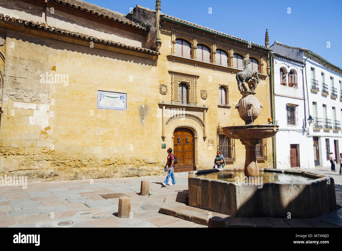 Cordoba, Andalusia, Spain : Tourists walk past the Renaissance fountain and Posada del Potro inn, mentioned by Cervantes - Stock Image