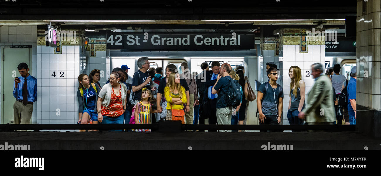People standing waiting for a No7 IRT Flushing train on 42nd St - Grand Central station on The  New York City subway, - Stock Image
