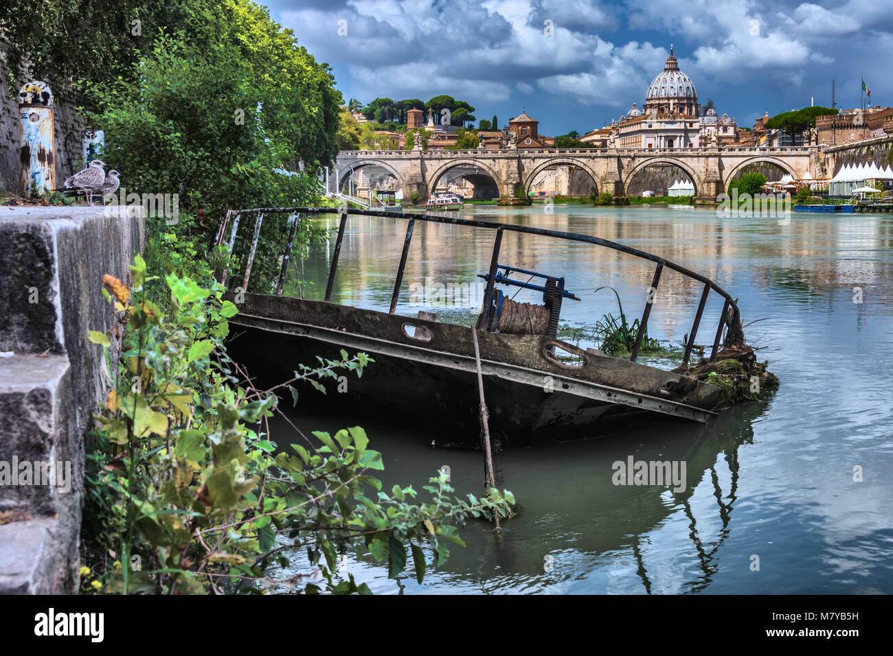 Schiffswrack am Tiber mit Blick auf Vatikanstaat - Stock Image