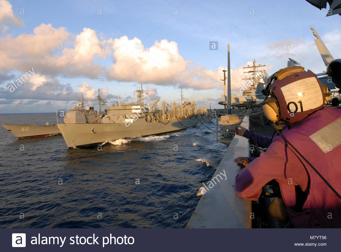 . PACIFIC OCEAN (June 14, 2008) A Sailor watches as the Ticonderoga-class guided-missile cruiser USS Chancellorsville - Stock Image