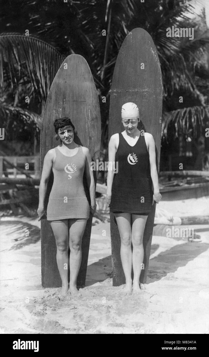 Vintage photo of young women from the Los Angeles Athletic Club (LAAC) with wooden surfboards. - Stock Image