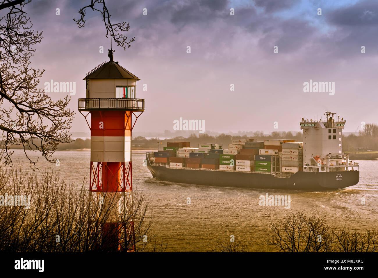 deutschland hamburg rissen elbe leuchttturm containerschiff stock photo 177107716 alamy. Black Bedroom Furniture Sets. Home Design Ideas