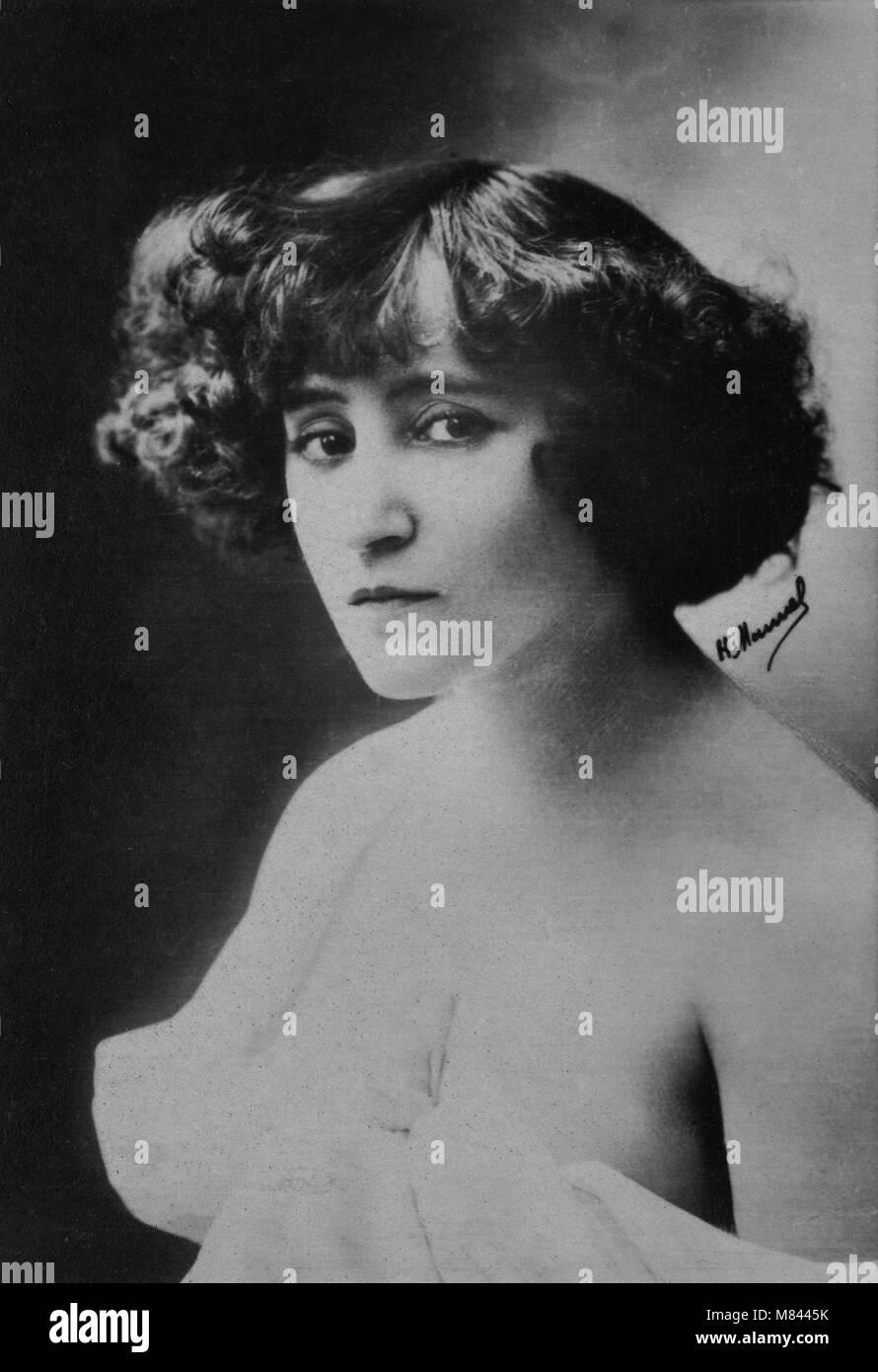 Colette Descombes Nude Photos 33