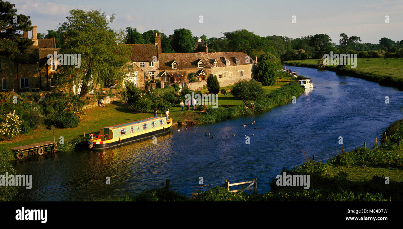 Narrow boat on the River Nene at Wansford, Cambridgeshire, England, UK - Stock Image