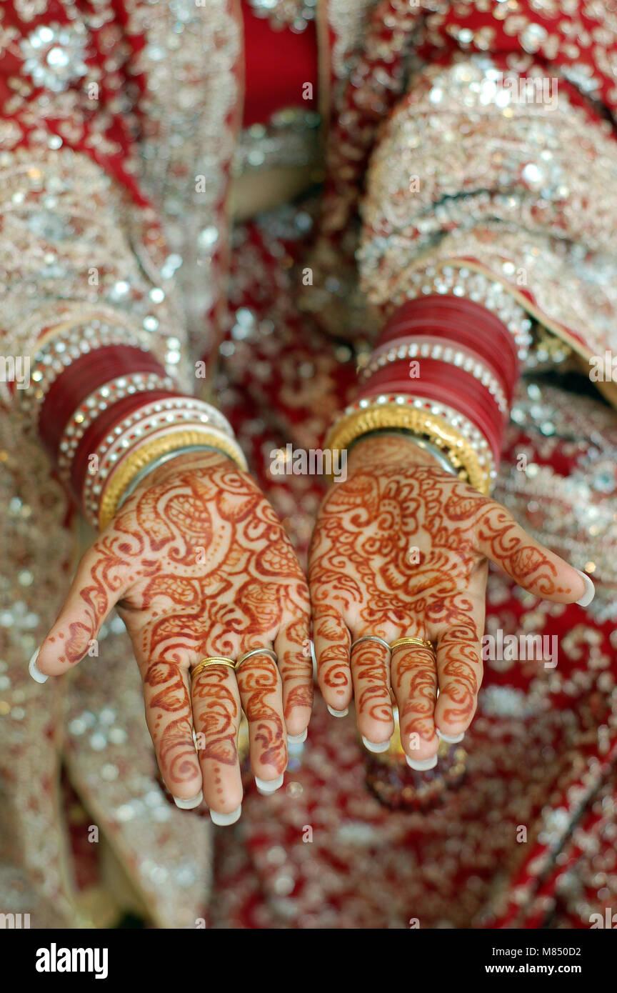 01edbdd664078 close up henna hands indian wedding bride wearing red bangles Stock ...