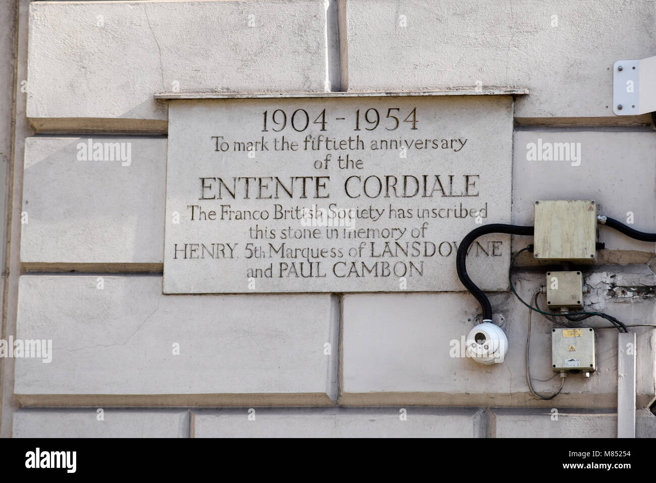 Embassy of France in London is the diplomatic mission of France to the United Kingdom. Fiftieth anniversary plaque - Stock Image