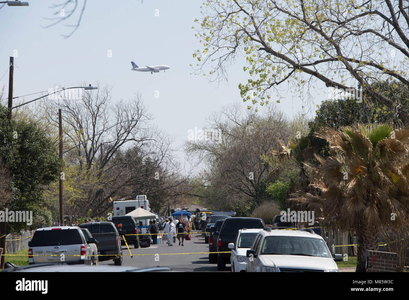 Austin, Texas March 14, 2018: Commercial airliner descends for landing at nearby airport as FBI and ATF agents continue - Stock Image