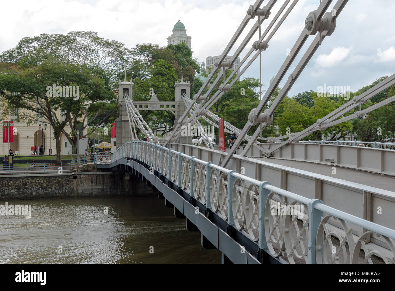 Cavenagh Bridge over Marina Bay and Singapore River in downtown Singapore - Stock Image