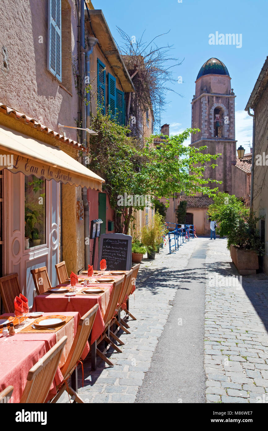 Small restaurant and end of alley the Chapelle de la Miséricorde, old town of Saint-Tropez, french riviera, - Stock Image