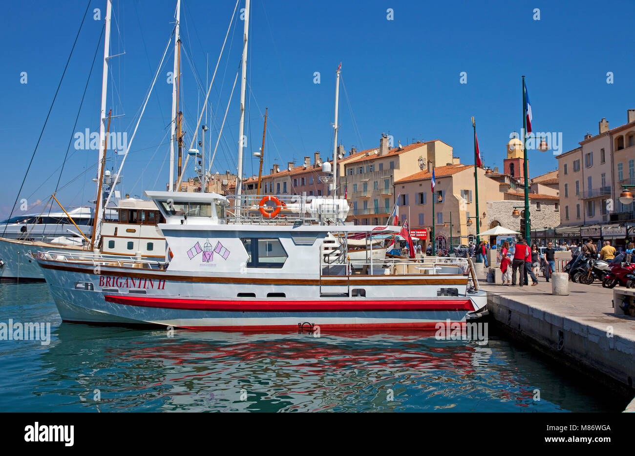 Strolling promenade at harbour of Saint-Tropez, french riviera, South France, Cote d'Azur, France, Europe - Stock Image
