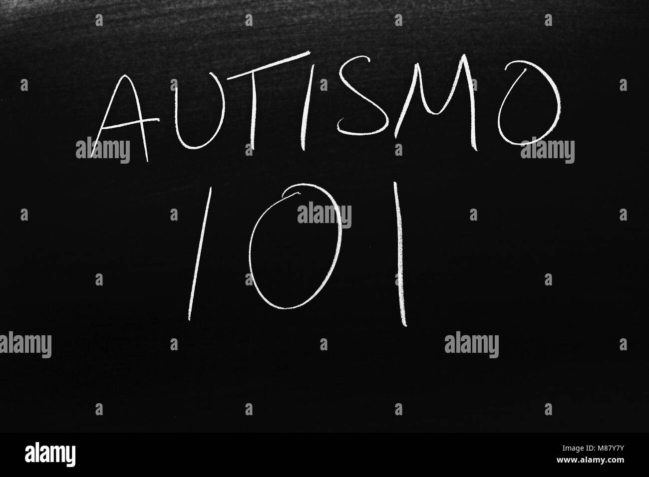 The words Austismo 101 on a blackboard in chalk - Stock Image