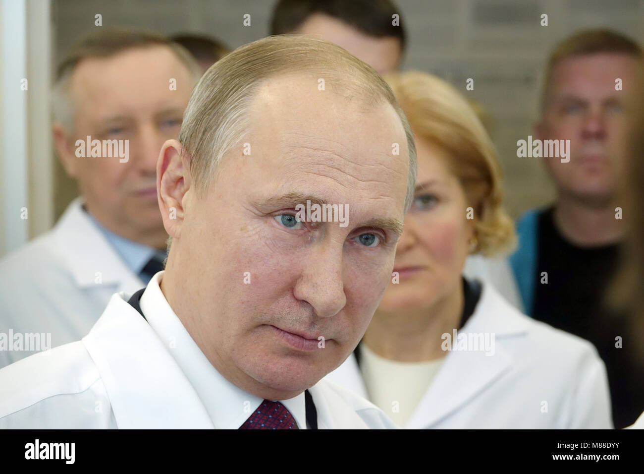 St. Petersburg, Russia. 16 March 2018,Russian President Vladimir Putin speaks to employees of the Almasov National Stock Photo