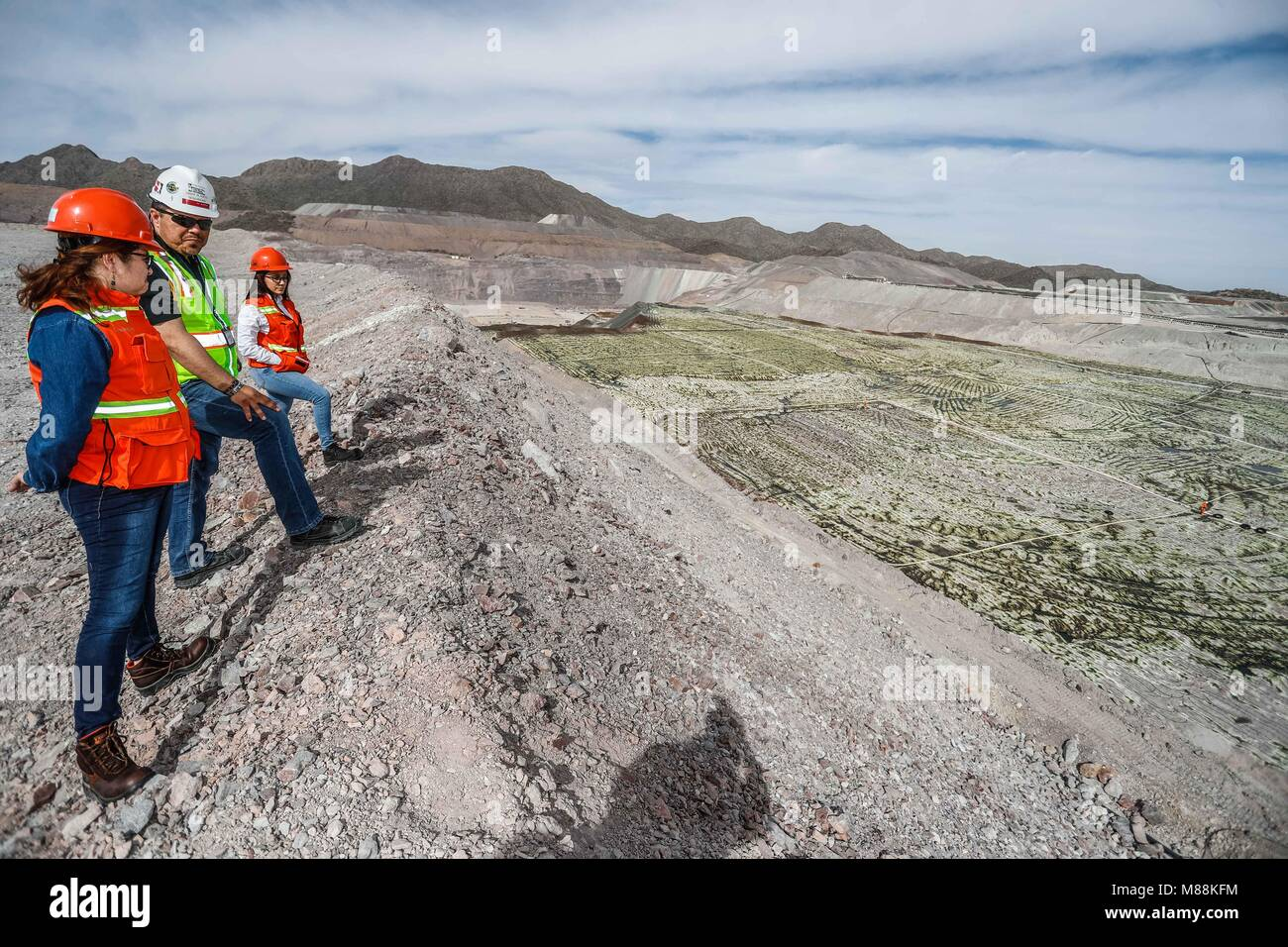 Leaching process Solid extraction of a rock based on solvent liquid, solid pulverized. Mining, chemistry, ecology, Stock Photo