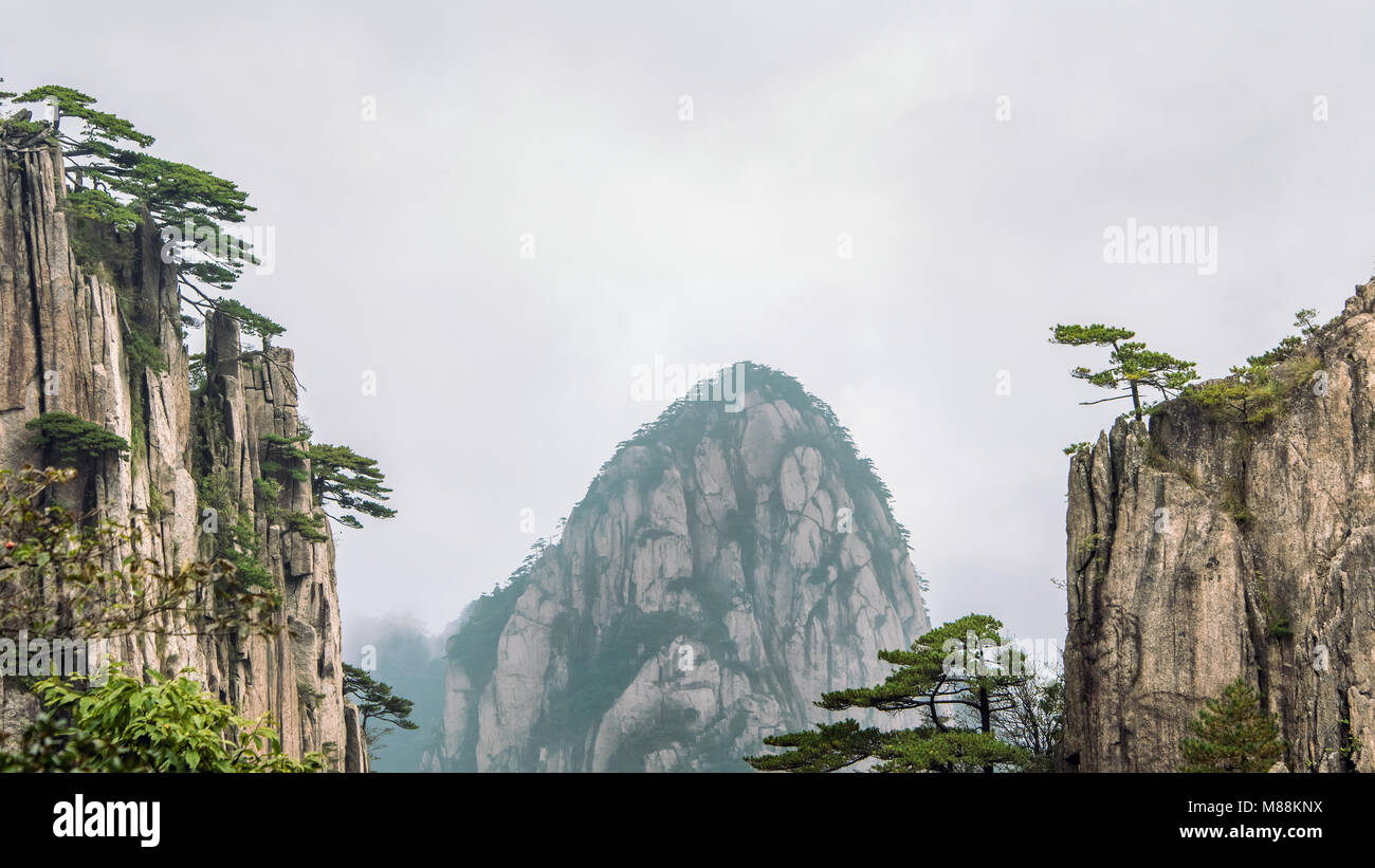 Granite dome and cliffs, Huangshan National Park, Anhui Province, China Stock Photo