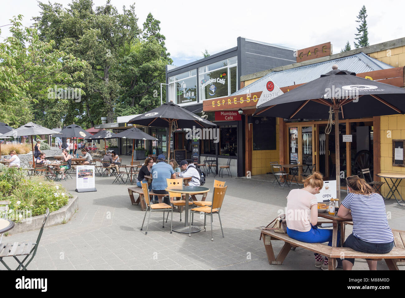 Mumbles and Rustic pavement cafes, Conical Hill Road, Hanmer Springs, North Canterbury, Canterbury Region, New Zealand - Stock Image