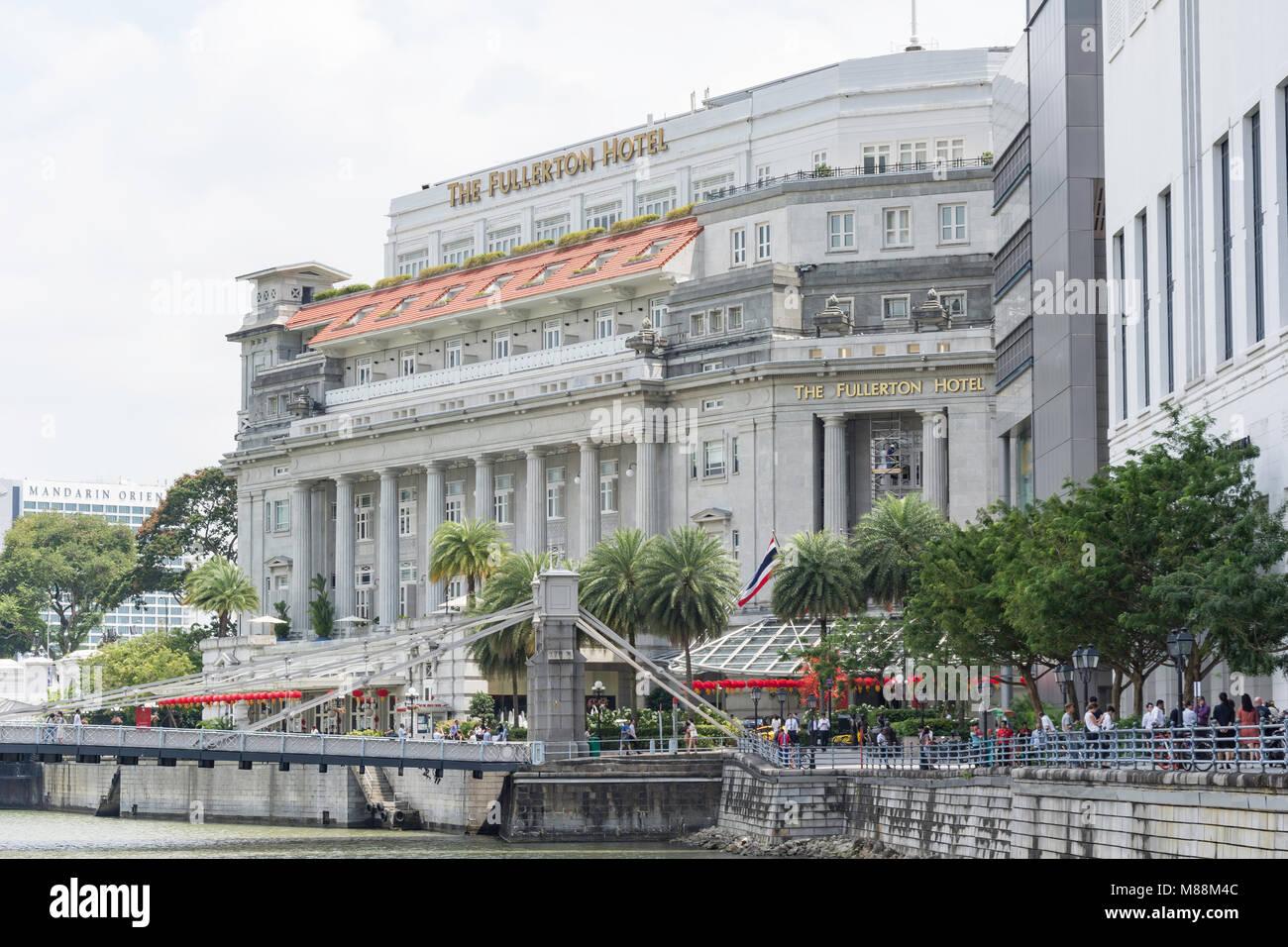 The Fullerton Hotel across Cavenagh Bridge, Empress Place, Downtown Core, Central Area, Singapore Island (Pulau - Stock Image