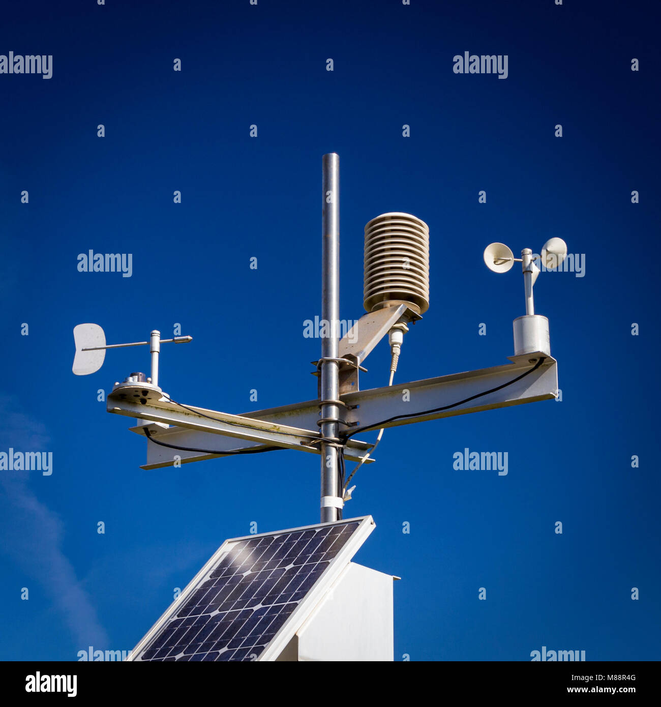 Automated weather station measuring atmospheric conditions - Stock Image