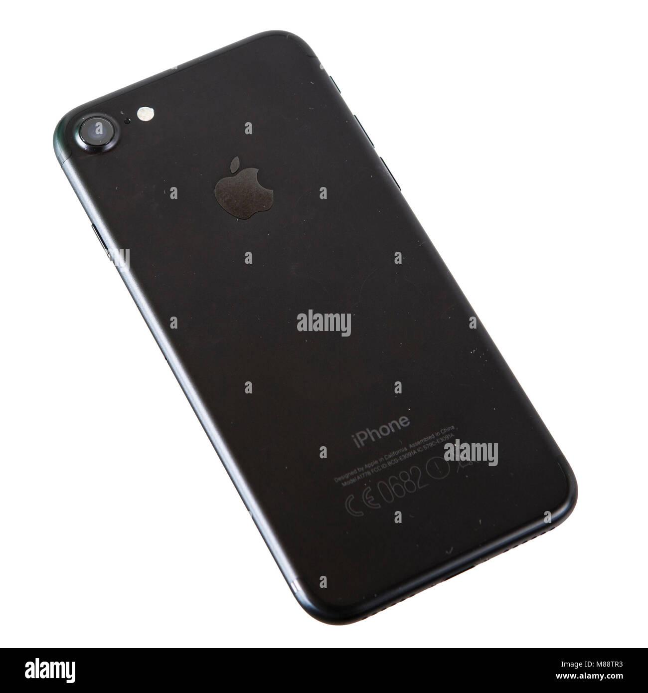 Freigestelltes Smartphone iPhone 7 in schwarz von der Rückseite gesehen. Das 7er iPhone ist das aktuelle Model - Stock Image