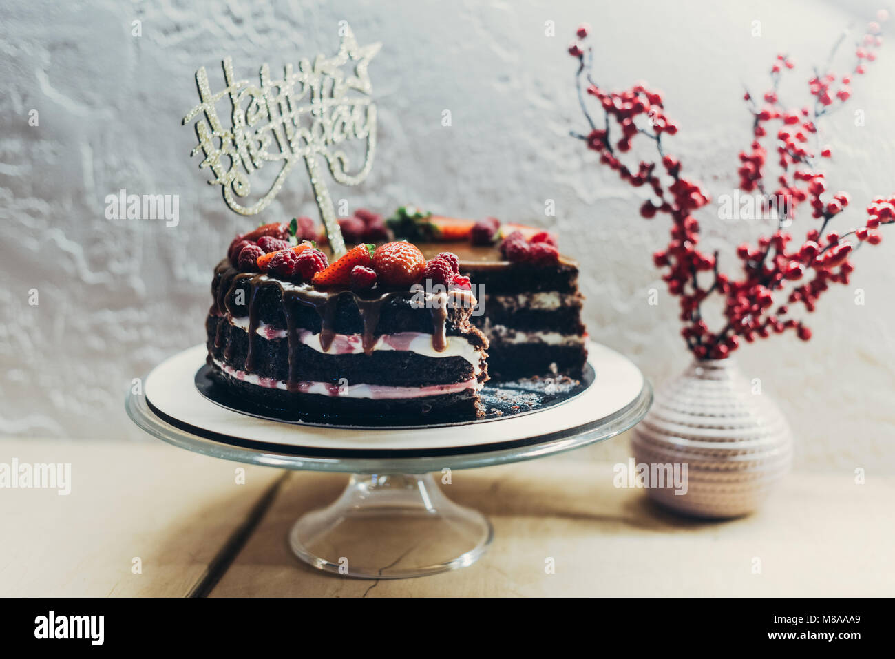 Cake with Happy Birthday sign - Stock Image