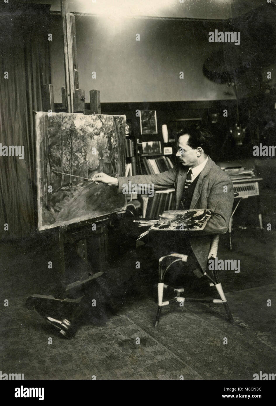 Painter working in his studio, Italy 1920s - Stock Image
