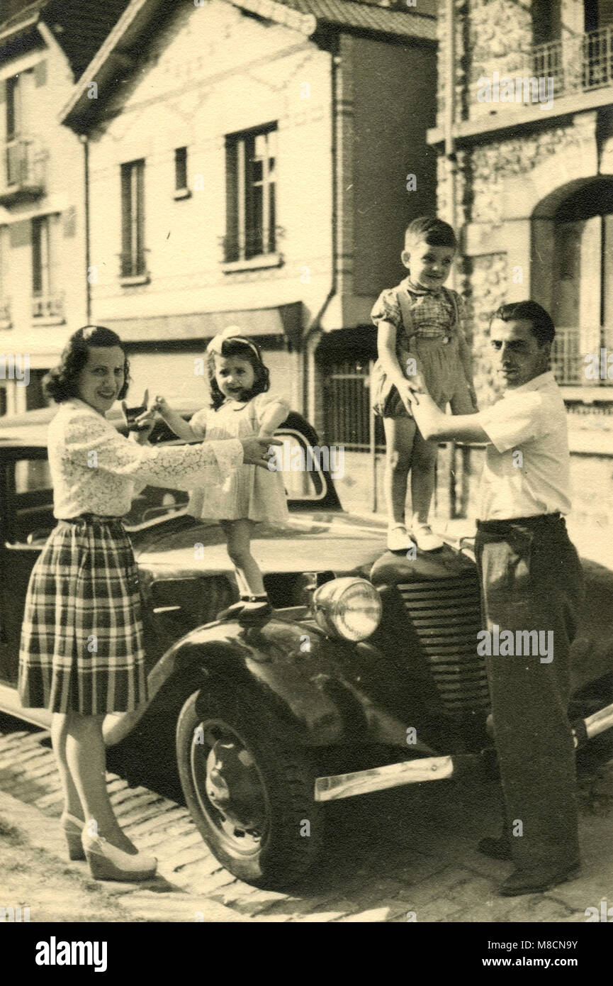 The happy family with the kids on top of the car, Italy 1930s - Stock Image