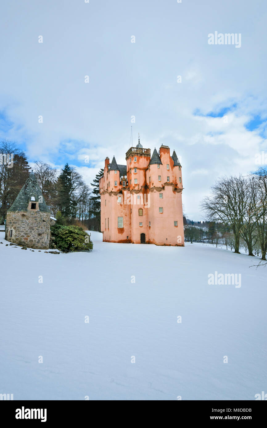 CRAIGIEVAR CASTLE ABERDEENSHIRE SCOTLAND WITH THE PINK TOWER SURROUNDED BY WINTER SNOW - Stock Image
