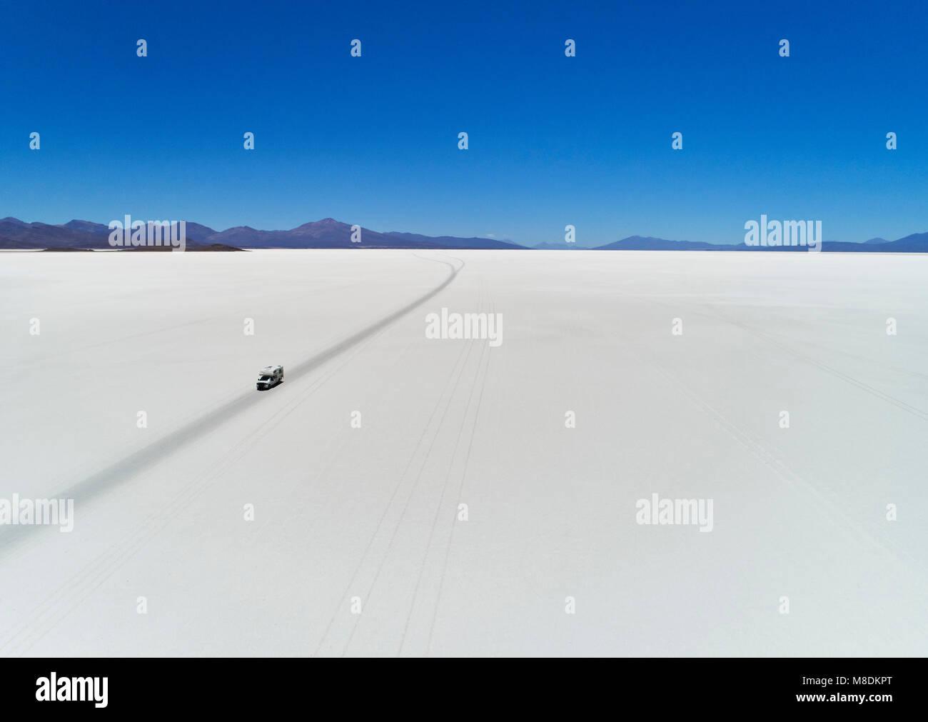 Recreational vehicle, travelling across salt flats, Salar de Uyuni, Uyuni, Oruro, Bolivia, South America - Stock Image
